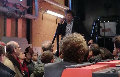 Dhr. Gehrels van Cogas geeft uitleg bij de Kara ketel in de Muziekwijk